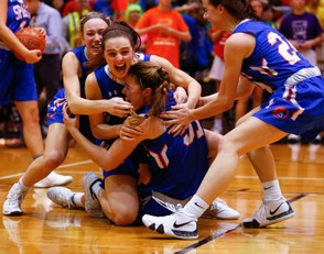 Southern Lehigh's girls basketball team celebrates its Colonial League title victory. (Saed Hindash | For lehighvalleylive.com)