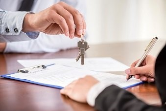 Handing over keys when signing contract
