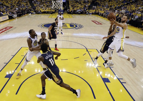 Golden State Warriors' Stephen Curry, right, drives to the basket against the New Orleans Pelicans during Game 5 of an NBA basketball second-round playoff series Tuesday, May 8, 2018, in Oakland, Calif. (AP Photo/Marcio Jose Sanchez)
