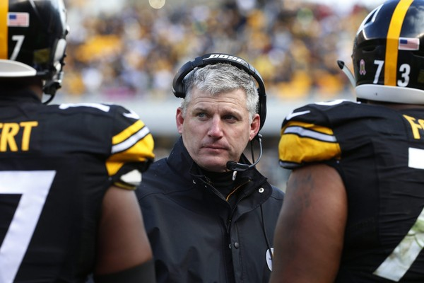 The Arizona Cardinals reportedly want to interview Steelers offensive line coach Mike Munchak, who is shown here talking to his players against the Cardinals, Sunday, Oct. 18, 2015, in Pittsburgh. (AP Photo/Gene J. Puskar)