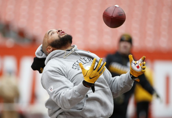 Steelers fullback Roosevelt Nix signed a four-year contract with the team, announced Saturday. Here, the former undrafted rookie free agent warms up before an NFL game against the Cleveland Browns in Cleveland, Sunday, Nov. 20, 2016. (AP Photo/Ron Schwane)